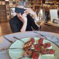 Il food selfie prende il posto della cartolina